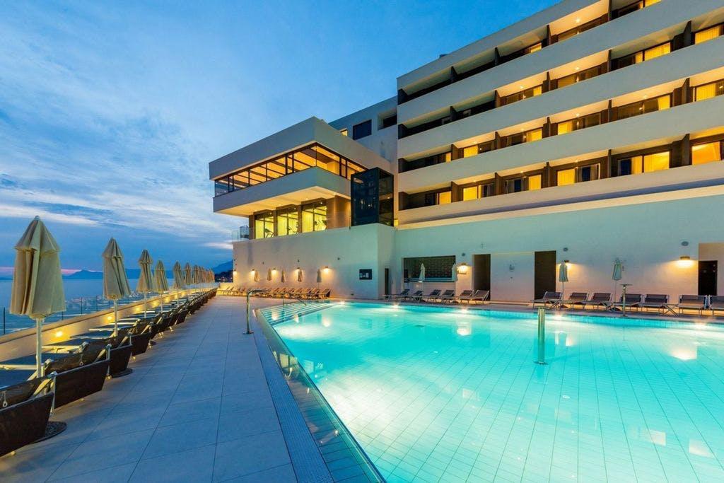 Medora Auri Family Beach Resort – Comfort soba – 1. svibanj, Podgora, Makarska, Hrvatska – 1.663 HRK – 2x noćenje s polupansionom za 2 osobe (dijete od 3 do 12 godina na vlastitom ležaju besplatno), Neograničeno korištenje hotelskog Wellnessa