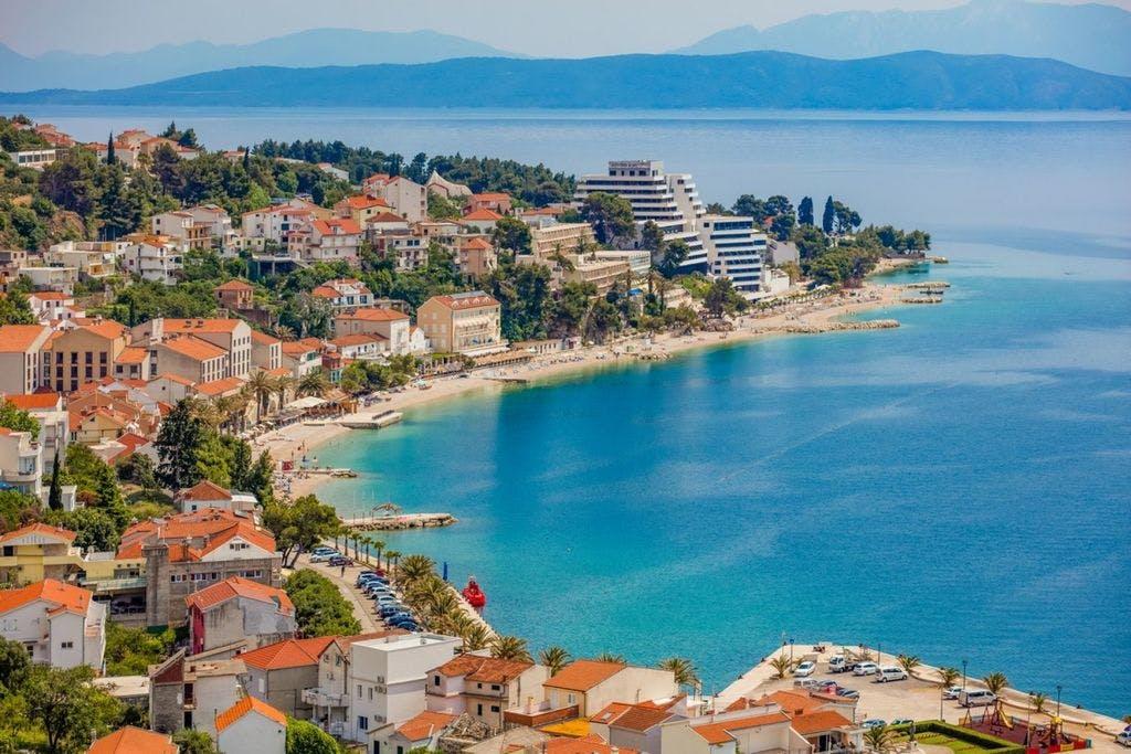 Medora Auri Family Beach Resort – Comfort soba , Podgora, Makarska, Hrvatska – 1.455 HRK – 2x noćenje s polupansionom za 2 osobe (dijete od 3 do 12 godina na vlastitom ležaju besplatno), Neograničeno korištenje hotelskog Wellnessa