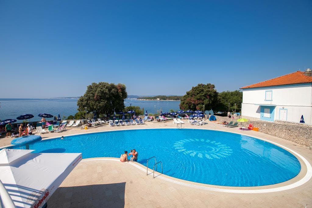 Hotel Resort Dražica – Ljetni paket opuštanja na Krku, Krk, Hrvatska – 3.927 HRK – 4x noćenje sa polupansionom za 2 osobe(1 dijete do 11,99 godina besplatno), Korištenje vanjskog bazena