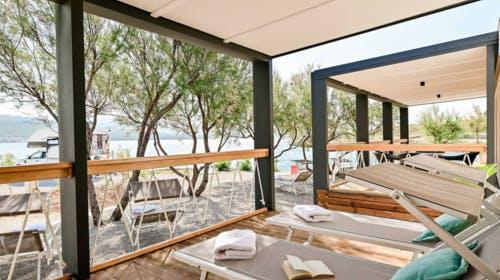Kamp Tiha Šilo – Mobilna kućica Mediteran Standard, Šilo, otok Krk, Hrvatska – 2.375 HRK – 5x noćenje u Standard Mediteran mobilnoj kućici za 4 osobe, 1x tradicionalni ručak u restoranuPortić